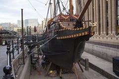 关闭一只老货船,不用水在港口在伦敦,英国 库存图片