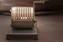 关闭一台古色古香的1950年` s葡萄酒支票数字打孔机的射击 库存照片