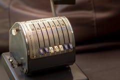 关闭一台古色古香的1950年` s葡萄酒支票数字打孔机的射击 免版税图库摄影