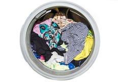 关闭一台现代洗衣机用被隔绝的衣裳装载了在白色背景 充分洗衣机肮脏的衣裳,分类 免版税库存图片