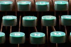 关闭一台老打字机的钥匙 免版税库存图片