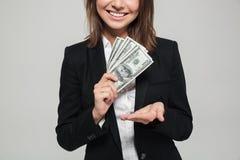 关闭一名微笑的女实业家的画象衣服的 免版税图库摄影