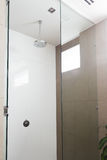 关闭一场当代阵雨在现代卫生间里 库存图片