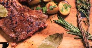 关闭一块牛腰肉排的看法用芦笋、土豆和烤蕃茄 免版税库存照片