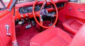 关闭一块1964经典之作葡萄酒Ford Mustang仪表板 库存照片