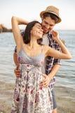 关闭一对愉快的夫妇的画象在海滩 免版税库存图片