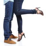 关闭一对拥抱的夫妇腿 免版税图库摄影