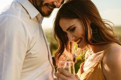 关闭一对浪漫夫妇在酒日期 免版税库存图片