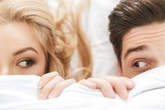 关闭一对滑稽的年轻夫妇的画象 图库摄影
