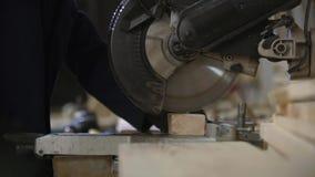 关闭一年轻人在削减沙发的家具工厂木片断 股票视频