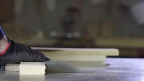 关闭一年轻人在削减沙发的家具工厂木片断 影视素材