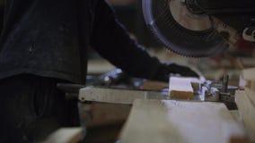 关闭一年轻人在削减沙发的家具工厂木片断 股票录像