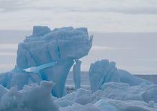 关闭一座南极合理的冰山 库存照片