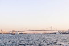 关闭一座小船和彩虹桥梁在sumida河viewpoin 库存照片