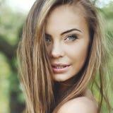 关闭一张美丽的女孩面孔-室外画象 库存照片