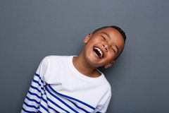 关闭一愉快小男孩微笑的画象 库存图片
