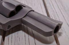关闭一把左轮手枪的桶在一张木桌上的 库存图片