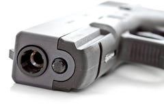 关闭一把自动手枪的射击 图库摄影