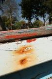 关闭一条小木小船的被风化的木被绘的旁边纹理,有从钉子的铁锈的 图库摄影