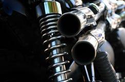 关闭一条强有力的经典黑葡萄酒摩托车陈列停止和发光的镀铬物排气管的背面图 免版税图库摄影