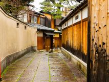 关闭一条湿道路在Higashiyama区城市春天在京都 免版税库存照片