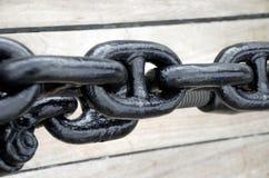 关闭一条生锈的锚链。 免版税库存照片