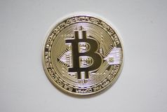 关闭一枚银色bitcoin硬币 免版税图库摄影