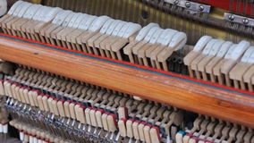 关闭一架大平台钢琴的内在工作的射击 锤子罢工串作为射击慢慢地迅速移动  HD 股票录像