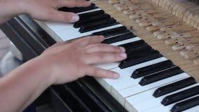关闭一架大平台钢琴的内在工作的射击 锤子罢工串作为射击慢慢地迅速移动  HD 影视素材