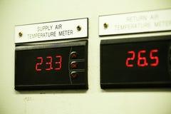 关闭一棵电表、电业米公寓住宅区的或近海油和煤气植物 免版税库存照片
