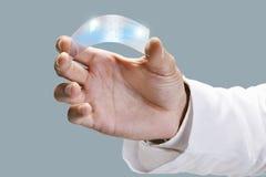 关闭一科学举行的一件透明graphene应用。 免版税图库摄影