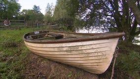 关闭一艘老划艇的射击 股票录像