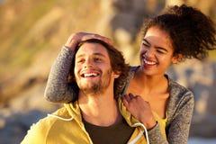 关闭一起笑有吸引力的现代的夫妇 免版税库存图片