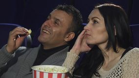 关闭一起观看电影的一对成熟夫妇在戏院 免版税库存照片