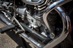 关闭一辆习惯摩托车的引擎的镀铬物零件 免版税库存照片