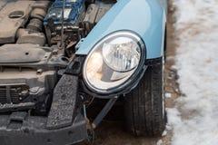 关闭一辆被碰撞的汽车 自动崩溃,击毁以损伤伤害 街道,交通碰撞 残破的金属 automatics 免版税库存照片