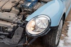 关闭一辆被碰撞的汽车 自动崩溃,击毁以损伤伤害 街道,交通碰撞 残破的金属 automatics 图库摄影