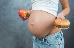 关闭一逗人喜爱的怀孕的腹部肚子和健康不健康 库存图片