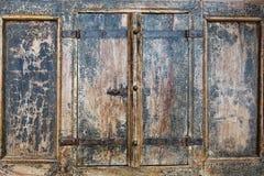 关闭一部分室外看法的古老闭合的木快门 生锈的金属铰链细节固定与几个螺丝 灰色p 库存照片