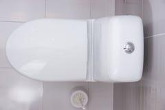 关闭一间简单的白色洗手间的顶上的看法 库存图片
