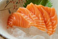 关闭三文鱼生鱼片,著名日本盘 吃鲜鱼 库存图片