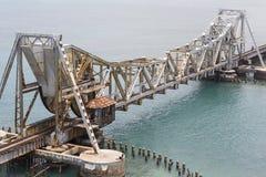 关闭上升Pamban桥梁连接Rameswaram镇班本岛的到大陆印度的一座铁路桥 打开  图库摄影