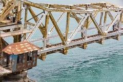 关闭上升Pamban桥梁连接Rameswaram镇班本岛的到大陆印度的一座铁路桥 打开  库存照片