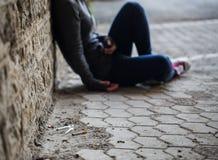 关闭上瘾者妇女和药物注射器 免版税库存照片