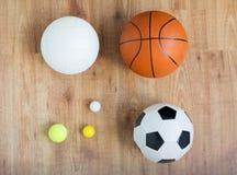 关闭不同的体育球在木头设置了 免版税图库摄影
