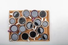 关闭不同的咖啡看法woodeen在whi的盘子 库存图片