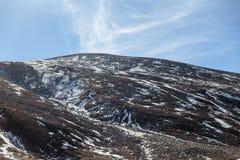 关闭与云彩和蓝天的黑山witn雪在冬天在零点在Lachung 北部锡金,印度 免版税图库摄影