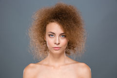 关闭与卷发的有吸引力的女性时装模特儿 免版税库存图片