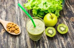 关闭与各种各样的成份的圆滑的人 Superfoods和健康生活方式或者戒毒所饮食食物概念 免版税库存图片