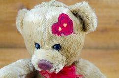 关闭与心脏的一个玩具熊在他的头 免版税库存照片